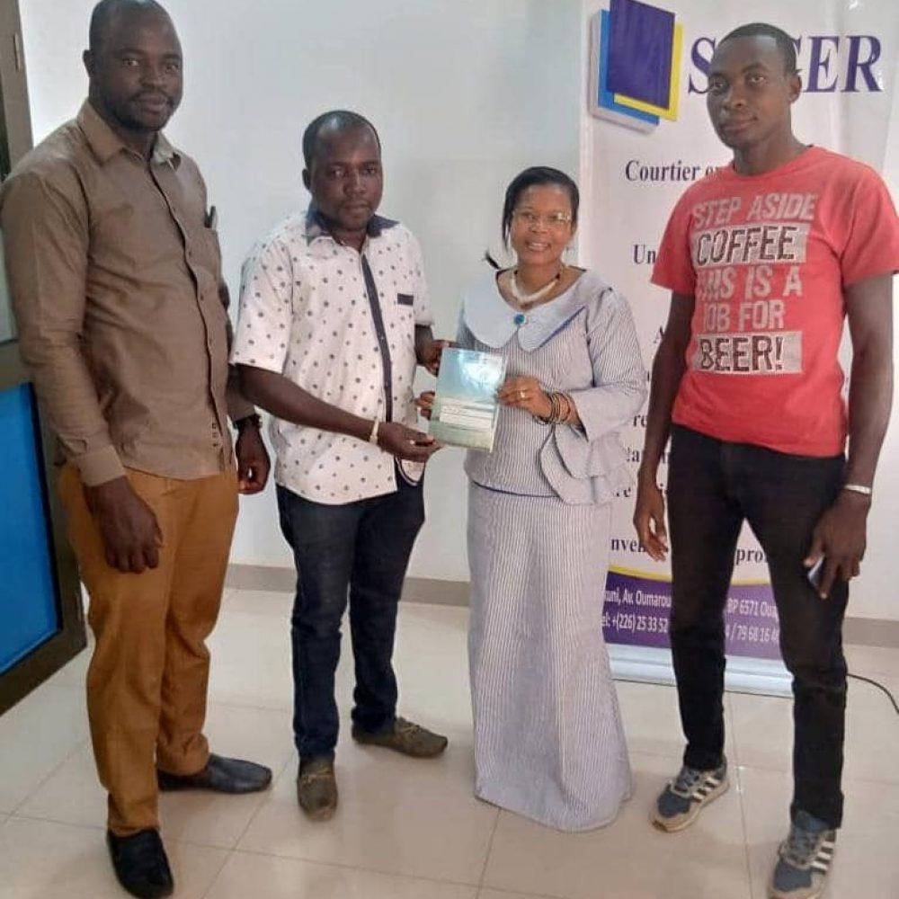 BURKINA FASO- Remise officielle ce jour 27 janvier 2021 de l'œuvre intitulée : **Le Fils du Mvett** à l'unique femme candidate aux élections couplées du 22 novembre 2020 du Burkina Faso, Mme   Monique KAM, DG SAGER